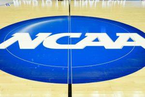 Bannière de la NCAA au centre d'un parquet