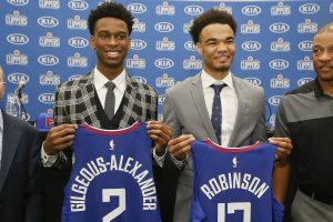 Shai Gilgeous-Alexander et Jerome Robinson présentent leurs maillots des Clippers.