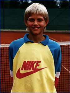 Dirk Nowitzki, enfant sur un court de tennis.