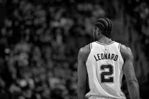 Kawhi Leonard avec son maillot NBA en noir et blanc