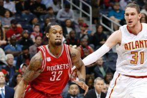 K.J. McDaniels au drive, sous le maillot des Rockets, face à Mike Muscala des Hawks.