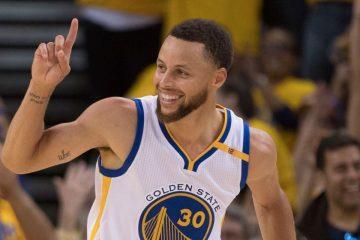 Stephen Curry, doigt levé, sous le maillot des Warriors.