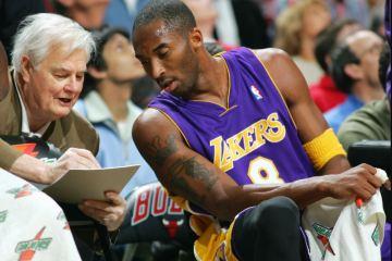Tex Winter explique à Kobe Bryant les tactiques des Los Angeles Lakers.