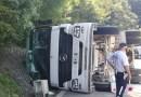 Camion si ribalta sulla fondovalle Taro, strada bloccata per diverse decine di minuti. Mattina impegnativa anche per i Vigili del Fuoco