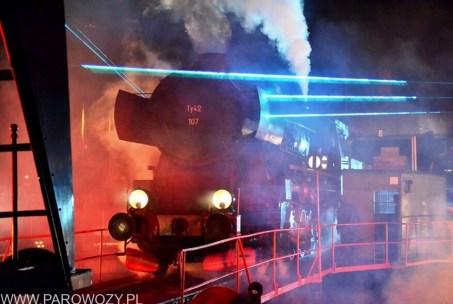 """Ty42-107 podczas pokazu """"Światło, dźwięk i para"""" towarzyszącemu Paradzie Parowozów Wolsztyn 2014. Fotografia dzięki uprzejmości Autora (c) Dirk Voigt."""