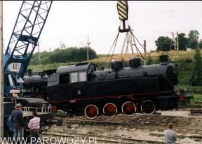 Stawianie parowozów na cokoły-TKp2011. 25.VIII. 2000. Fot.: Miłosz Mazurek.