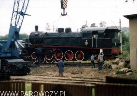 Stawianie parowozów na cokoły-TKt1-63. 25.VIII. 2000. Fot.: Miłosz Mazurek.