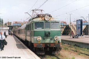 """EU06-01 w Szczecinie Głównym, z pociągiem ekspresowym """"Barbakan"""" ze Świnoujścia do Krakowa (06.07.2002). Fot.: Dawid Frątczak."""