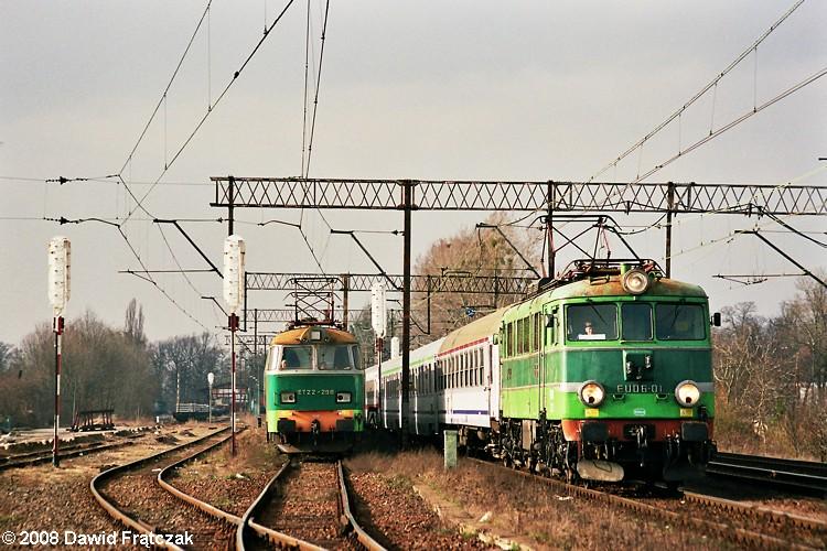 """EU06-01 z pociągiem IC 73000 """"Wawel"""" do Krakowa Głównego mija stację Wrocław Leśnica (09.03.2008). Fot.: Dawid Frątczak."""