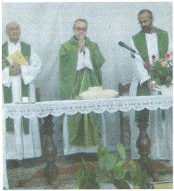 Il Vescovo Francesco con don Aldo (a sinistra) e don Giuseppe (a destra)