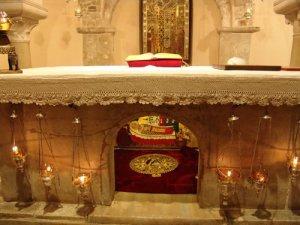 """Tumba actual de San Nicolás, bajo el Altar de la cripta de la Basílica Pontificia de San Nicolás en la ciudad de Bari (Italia), tras su """"Traslación"""" en el año 1087."""