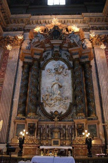 Altar y sepulcro de San Luís Gonzaga en la bella iglesia de San Ignacio de Loyola en Roma.