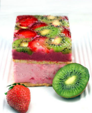 Strawberry - Kiwi Tian with white chocolate macadamia crunch.