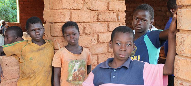 Des jeunes garçons dans une école en côte d'ivoire