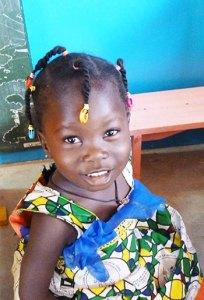 Une petite écolière au Burkina Faso