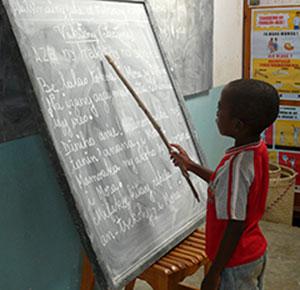 Jeune garçon apprend au tableau
