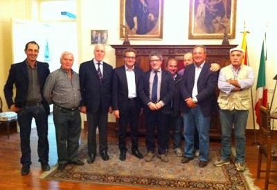 nella foto: il sindaco Felice Errante con l'on. Antonio Venturino, il sen. Bartolo Fazio, l'assessore Paolo Calcara ed alcuni simpatizzanti