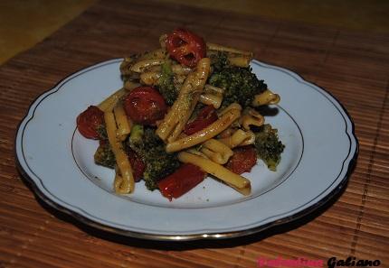 casarecce piccanti coi broccoletti, pomodorini Datterini e alici