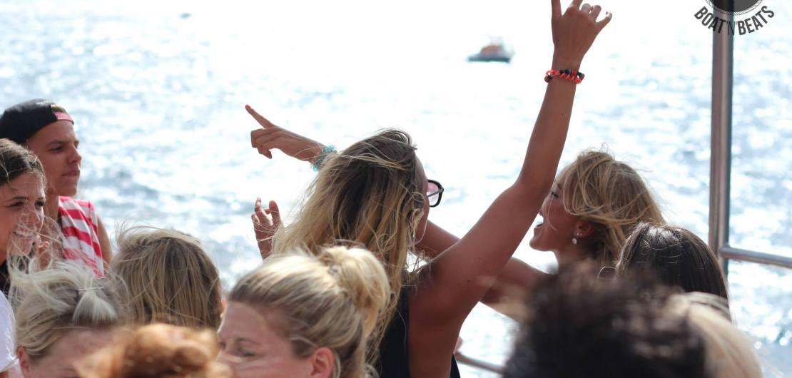 feiern auf dem Partyboot