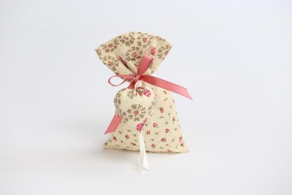 Sacchetto bomboniera medio in cotone colore avorio con fiori e con cuore imbottito (10 pz)-0