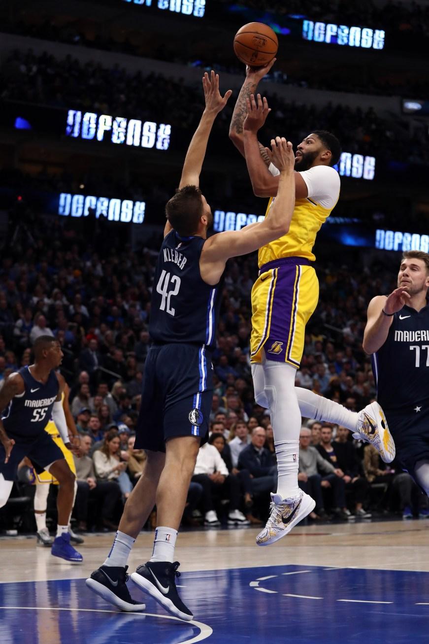 Lebron James Anthony Davis Help Lakers Outlast Mavericks In