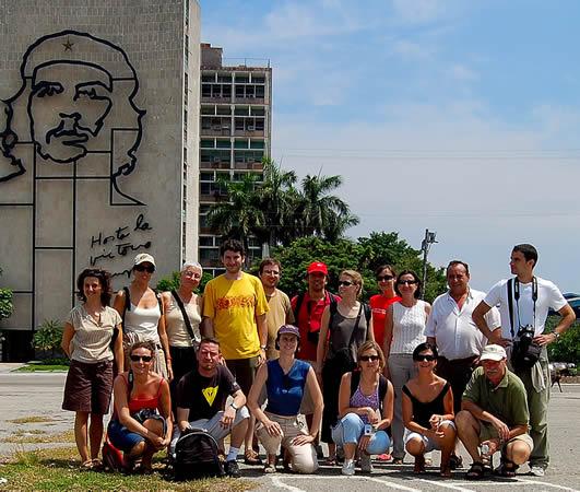 Turistas en la Plaza de la Revolución en Cuba