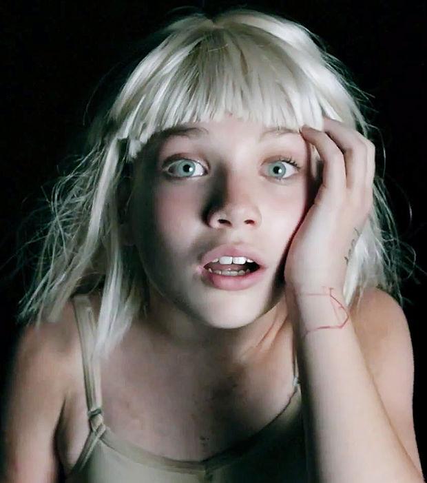 l'iconographie de Sia contribue probablement à l'émotion qui nous fait frissonner