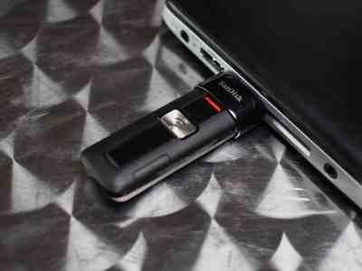 Wireless Flash Drive: ressemble à une grosse clé USB, mais transfère les données sans fil.