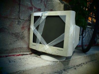 vieux moniteur recyclage bord de rue