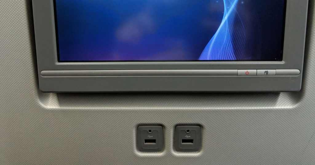 Prise USB pour charger ses appareils en avion pour le voyage techno