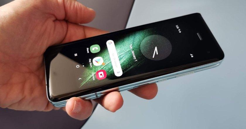 Écran extérieur du Galaxy Fold de Samsung fermé, en main.