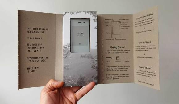 Tout en carton, même l'emballage du Light Phone II est minimaliste!