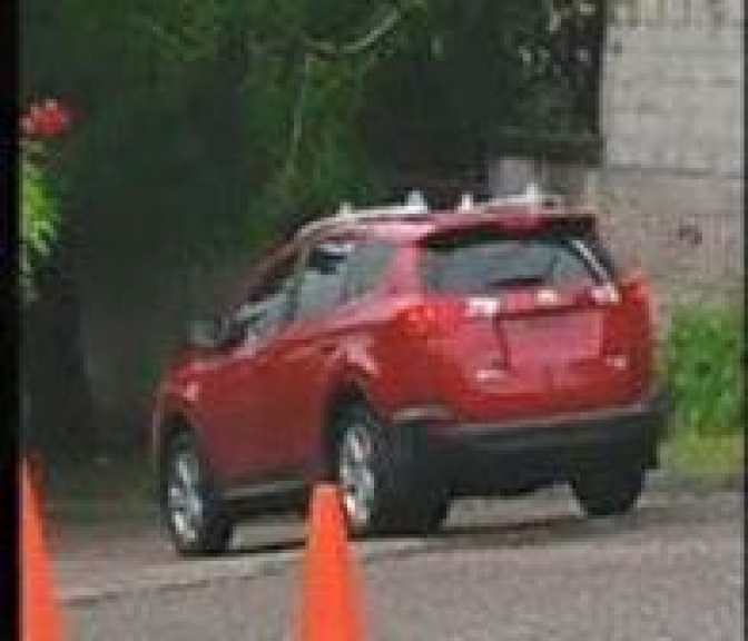 Hombres armados en vehículo se estacionan frente a casa de periodista