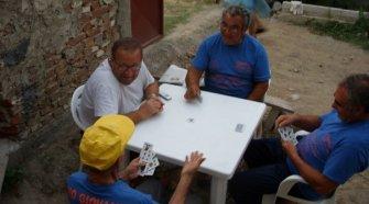 Nella foto di Annalisa Donnarumma: Campo estivo di volontariato in Albania 2007. Don Michele di Martino con t-shirt bianca insieme a mio padre Stanislao con gli occhiali, accanto a zio Saverio, fratello di mamma e Giovanni un altro volontario