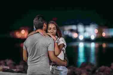 Canva Man And Woman Hugging Each Other 1 scaled - COMO PARAR DE SOFRER NO NAMORO E CASAMENTO?