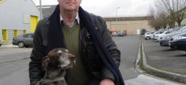 Le chien sauve son maître d'une agression physique