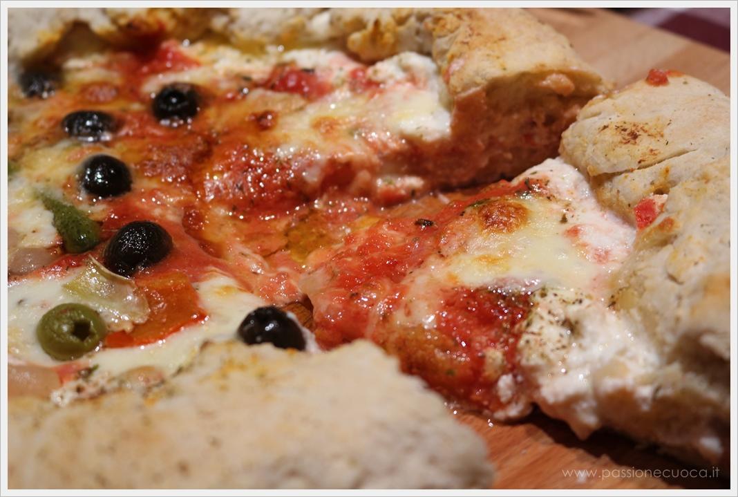 Pizza con bordo ripieno di ricotta