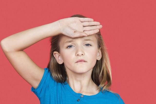 bambina con mal di testa