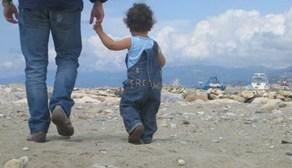 foto_papà_e_figlio_passeggiano