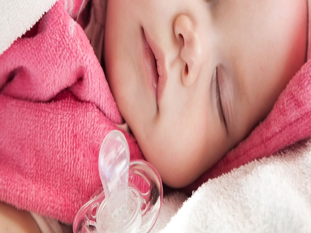 bambino che dorme senza ciuccio