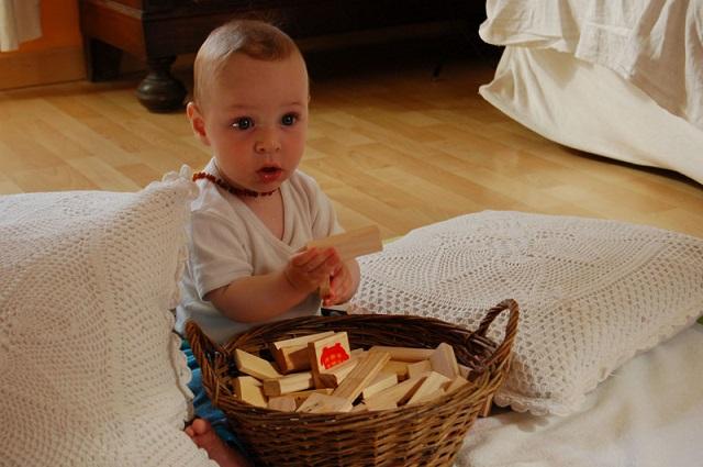 bambino mette tutti oggetti in bocca