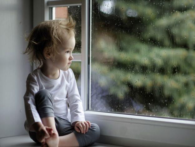 bambino-guarda-pioggia