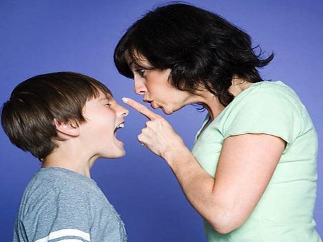 mamma che sgrida ragazzo