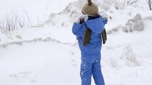 foto_un bambino che gioca sulla neve