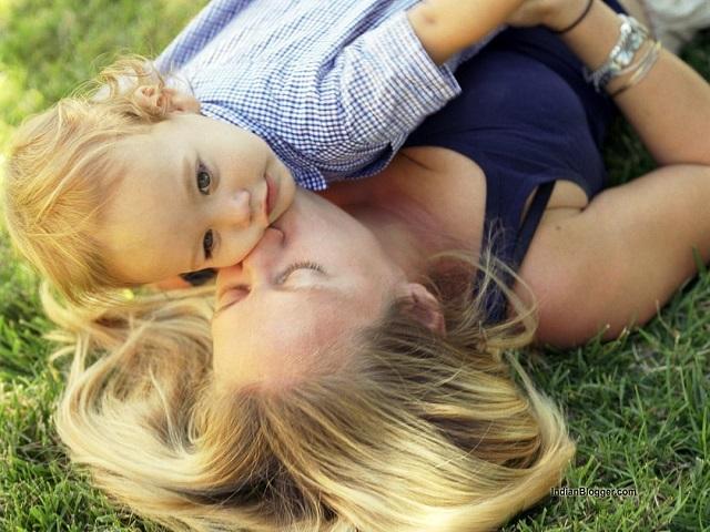 Coccole mamma e figlio