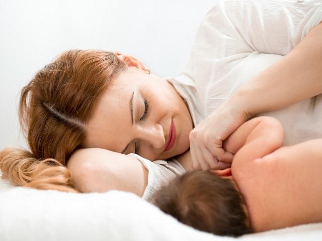 foto allattamento sdraiata