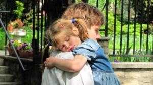 foto_baby sitter uomo_abbraccio