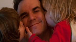 foto_baby sitter uomo_bacio