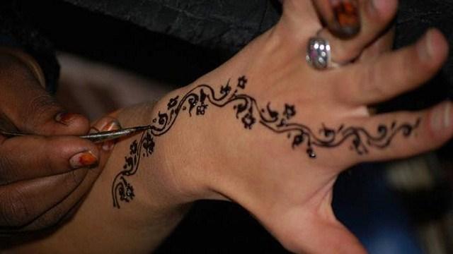 foto_bimbo_hennè_tatuaggio