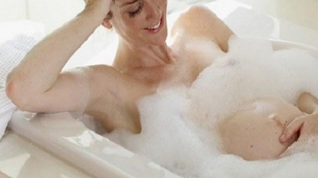 Pro e contro di bagno e doccia in gravidanza passione mamma - Donne che fanno il bagno ...